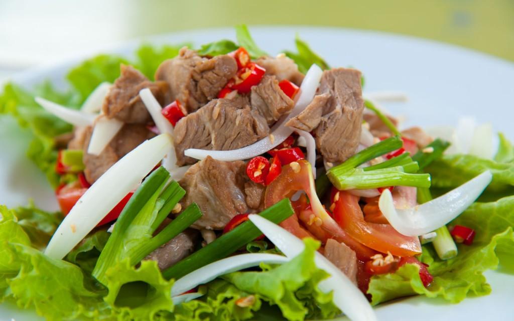 سالاد گوشت تند تایلندی در بانکوک